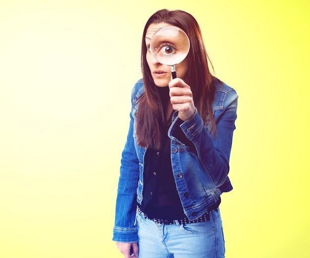 Meisje met een vergrootglas