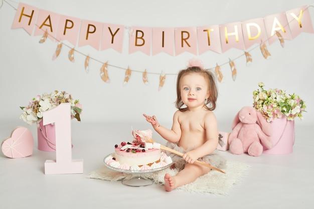 Meisje met een verjaardagstaart, 1-jarige baby fotosessie