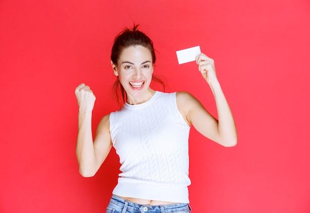 Meisje met een visitekaartje en genieten van haar nieuwe functie.