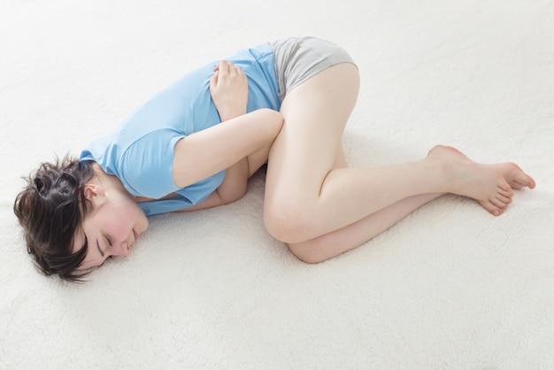 Meisje met een zieke maag