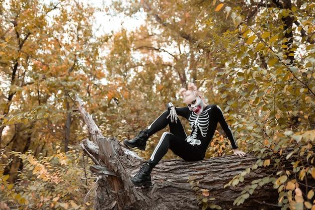 Meisje met enge make-up verkleed als een skelet. halloween, herfstvakantie concept
