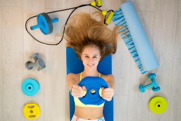 Meisje met fitness accessoires