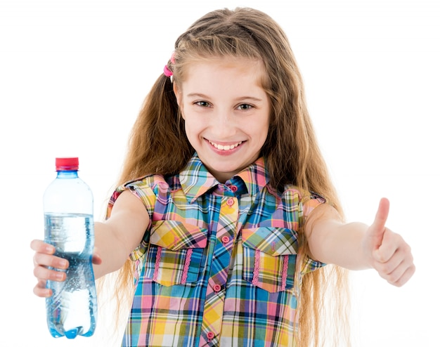 Meisje met fles water dat ok teken toont