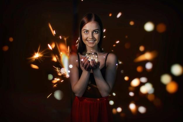 Meisje met fonkelende lichtjes
