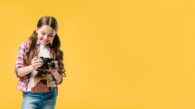Meisje met fotocamera in studio