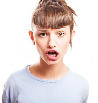 Meisje met franje die grappige gezichten