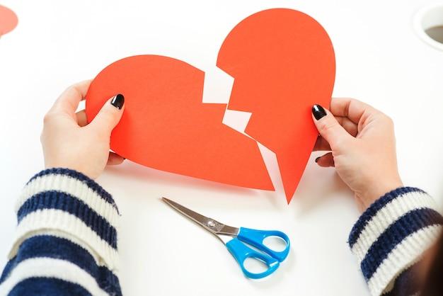 Meisje met gebroken hart, close-up. onbeantwoorde liefde. gebroken hart. liefde en relatieproblemen concept.