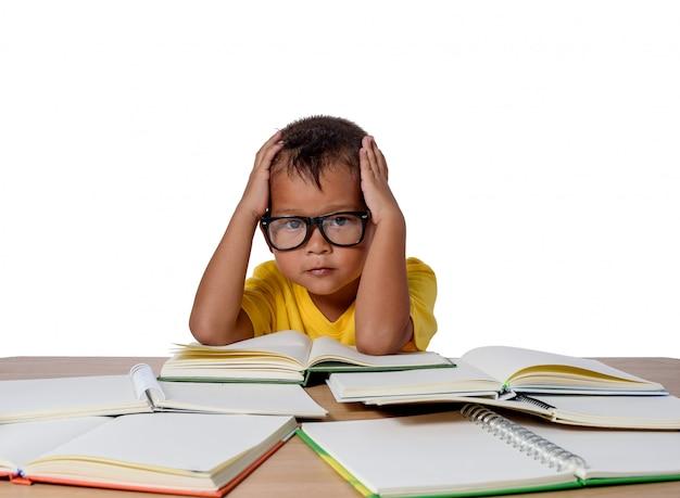 Meisje met gedachte bril en veel boek op de tafel. terug naar school concept, geïsoleerd op een witte achtergrond