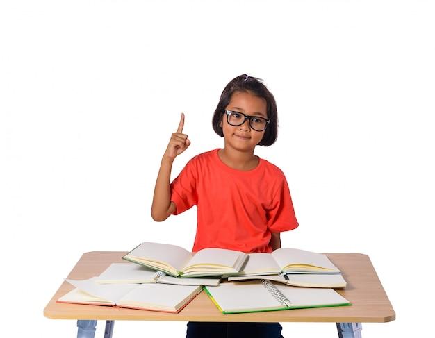 Meisje met gedachte bril en veel boek op de tafel. terug naar school concept