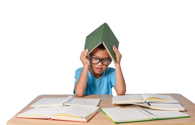 Meisje met gedachte bril en veel boek op tafel. terug naar school concept, geïsoleerd op wit