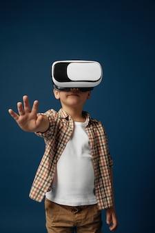 Meisje met geïsoleerde bril van de virtuele werkelijkheidshoofdtelefoon