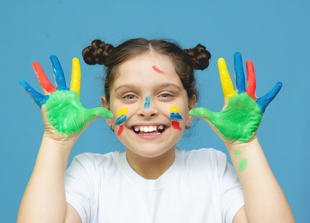 Meisje met geschilderde handen