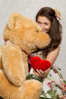 Meisje met gevuld hart en beer