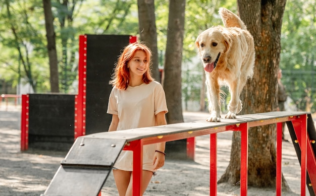 Meisje met golden retrieverhond