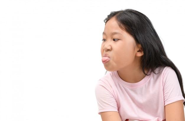 Meisje met grappige uitdrukking en uit plakkende tong