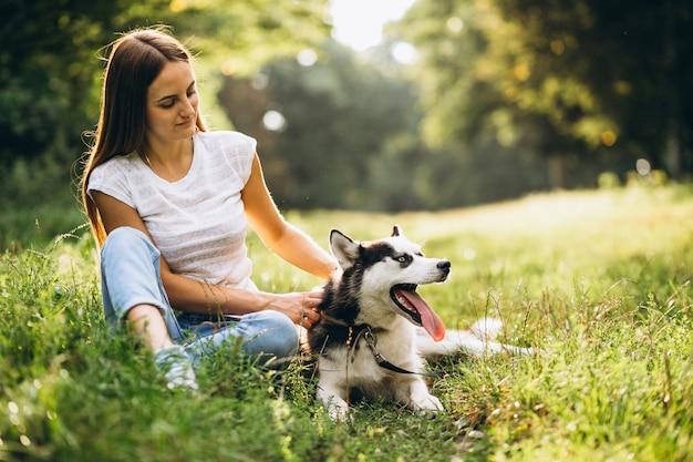Meisje met haar hond in park
