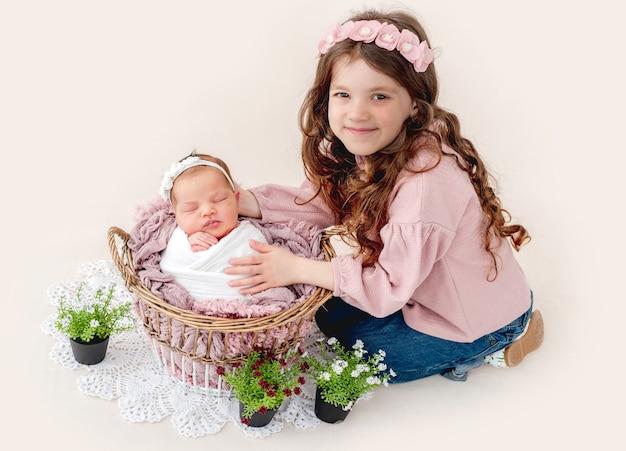 Meisje met haar pasgeboren zusje