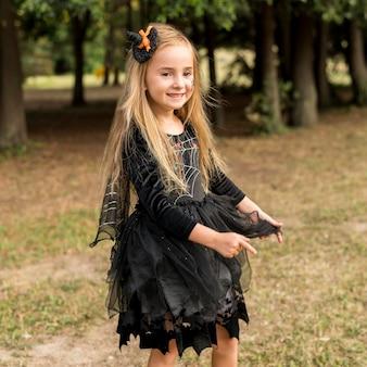 Meisje met halloween-kostuum