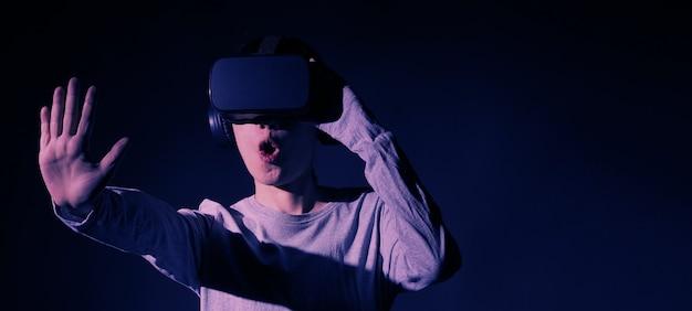 Meisje met handen omhoog het dragen van de bril van de vr-headset.