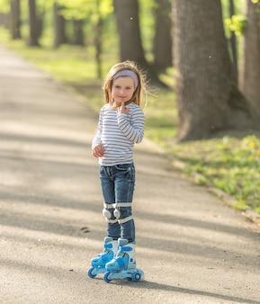 Meisje met helm en schaatsen in steeg