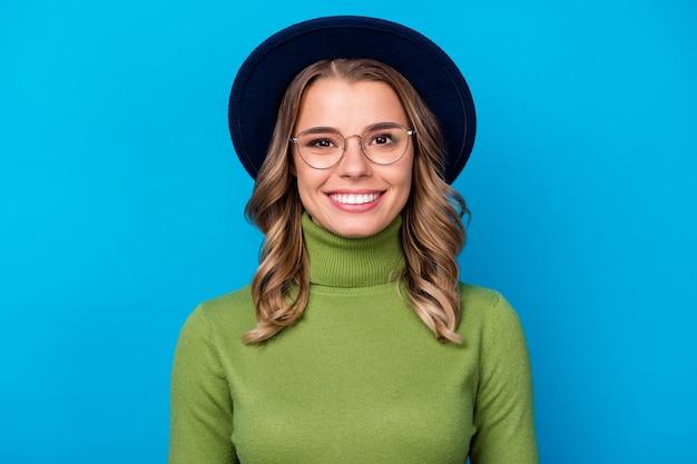 Meisje met hoed en bril geïsoleerd op blauw Premium Foto