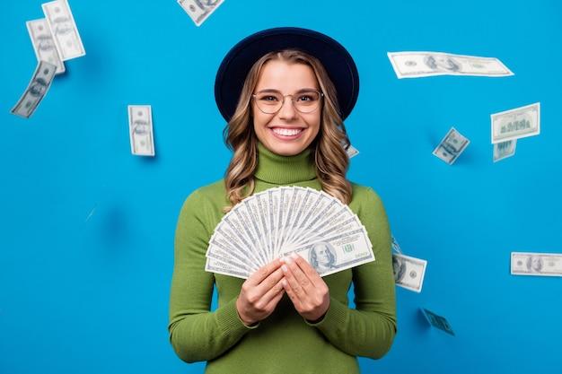 Meisje met hoed en bril met fan van geld