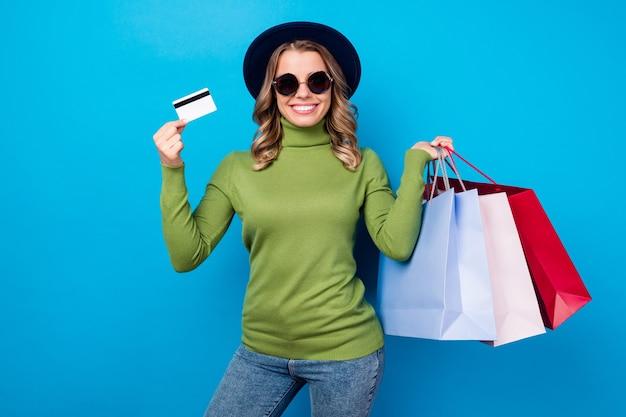 Meisje met hoed en bril met tassen en creditcard