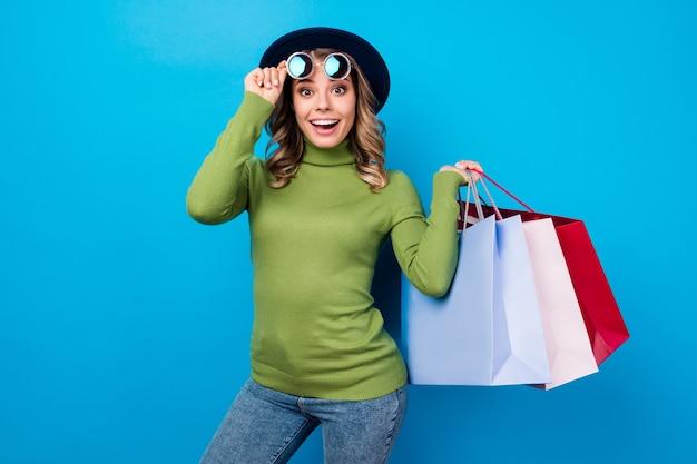 Meisje met hoed en bril met tassen