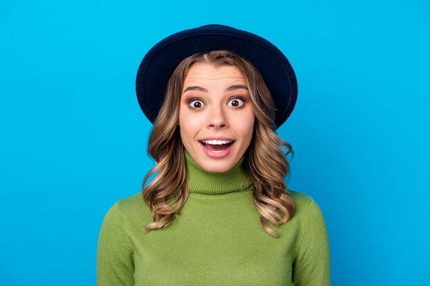 Meisje met hoed geïsoleerd op blauw Premium Foto