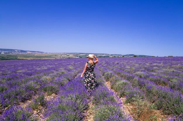 Meisje met hoed in een lavendel veld