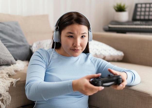 Meisje met hoofdtelefoons en controlemechanisme