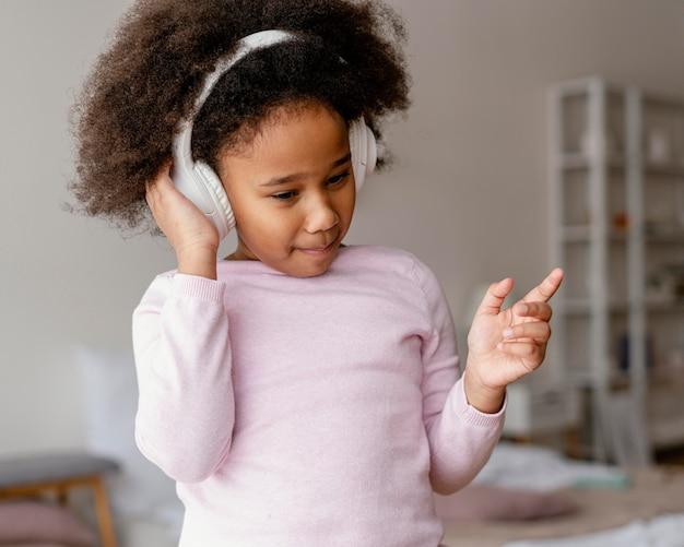 Meisje met hoofdtelefoons