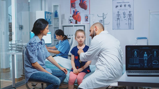 Meisje met jaarlijkse medische check-up, arts met behulp van stethoscoop. gezondheidszorgbeoefenaar arts-specialist in de geneeskunde die medische diensten verleent consultatiebehandeling in het ziekenhuis