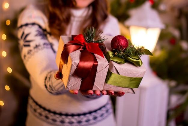 Meisje met kerstcadeaus in zijn handen
