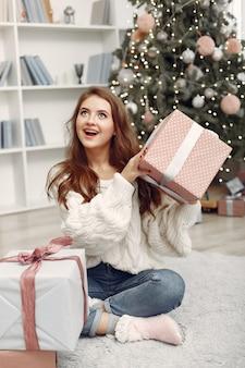 Meisje met kerstdozen. vrouw thuis. ladu bereidt zich voor op vakantie.