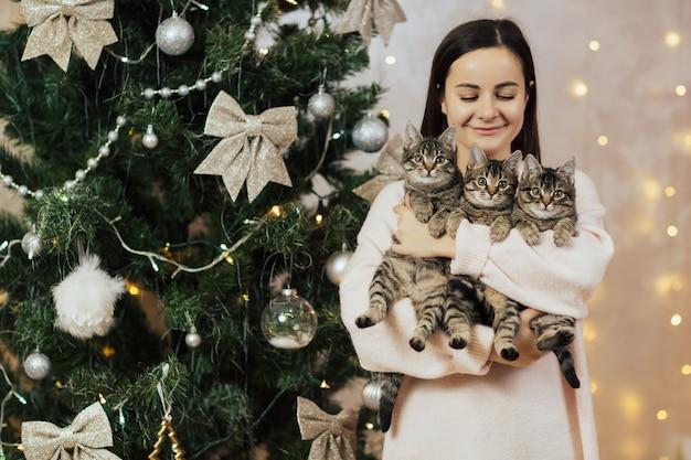 Meisje met kittens.