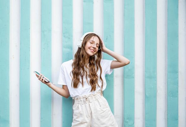 Meisje met koptelefoon genieten van de muziek