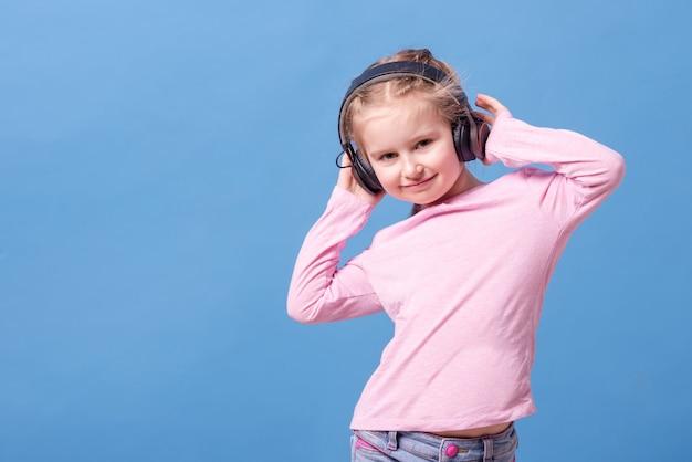 Meisje met koptelefoon luisteren naar muziek