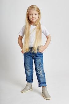 Meisje met lang blond haar en in jeans