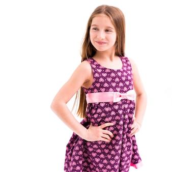 Meisje met lang haar dat een violette kleding draagt