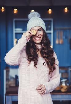 Meisje met lang haar in warme winterkleren
