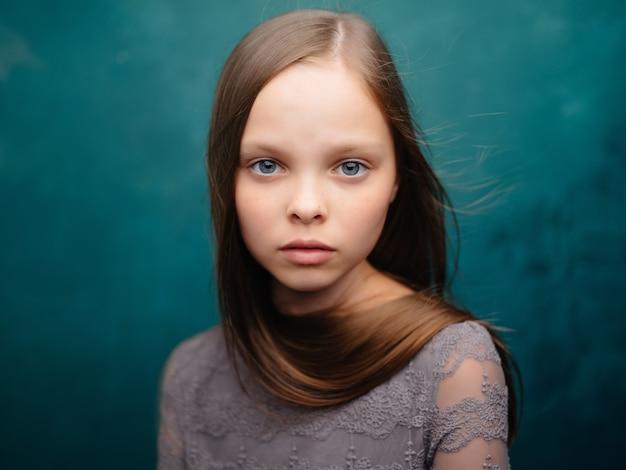 Meisje met lang haar poseren aantrekkelijke look geïsoleerde achtergrond