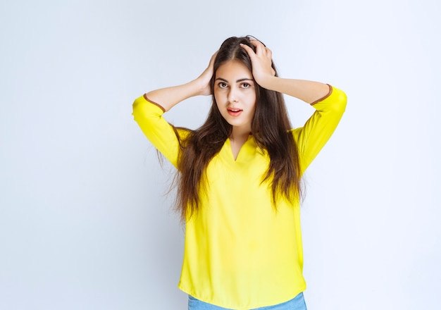Meisje met lange haren ziet er verrast en verward uit.