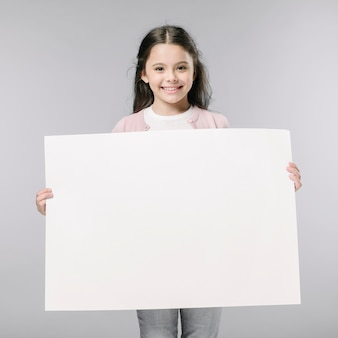 Meisje met lege poster in de studio