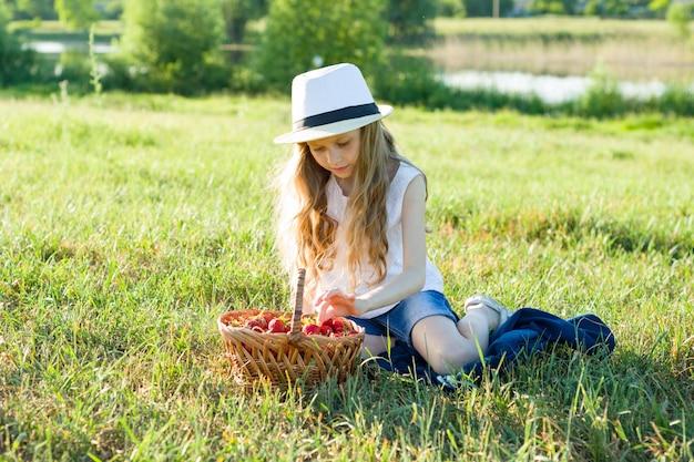Meisje met mand aardbeien