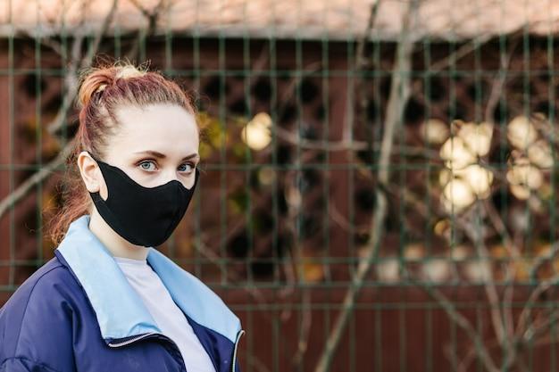Meisje met masker om haar te beschermen tegen het corona-virus.