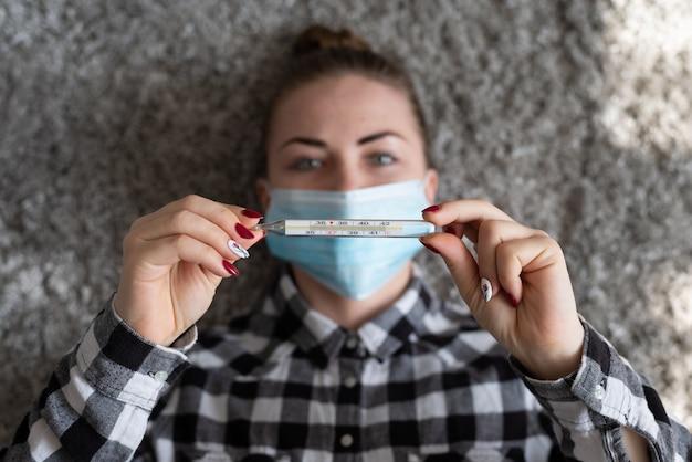 Meisje met medisch masker om haar te beschermen tegen virussen