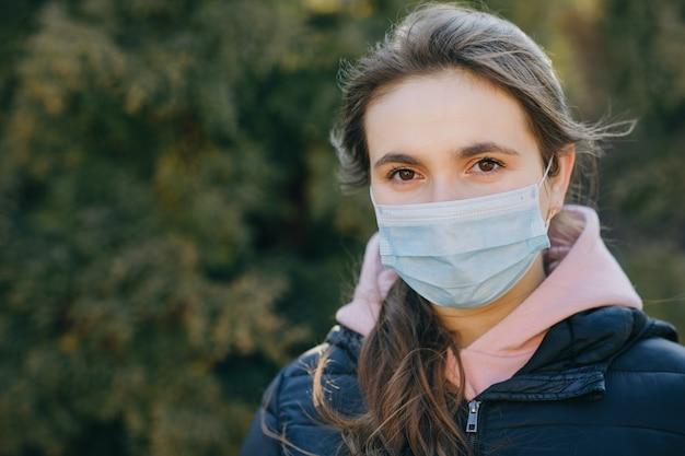 Meisje met medisch masker tijdens coronavirus covid-19 epidemie.