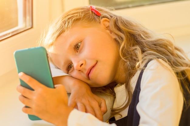 Meisje met mobiele telefoon binnenshuis