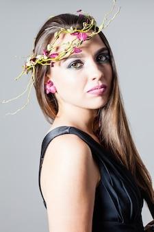 Meisje met mode make-up en droge rozenblaadjes natuurlijke tattoo